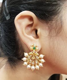 Gold Jhumka Earrings, Jewelry Design Earrings, Gold Earrings Designs, Pendant Jewelry, Chand Bali Earrings Gold, Gold Bangles Design, Gold Jewellery Design, Antique Jewellery Designs, Gold Jewelry Simple