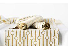 Die richtige Tischdecke ist schon ein hald dekorierter Tisch #GoldeneHochzeit #Tischdekoration #Gold