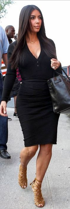 Kim Kardashian, black skirt, black top, black bag, nude sandals ☑️