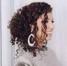 Penteados para madrinhas: fotos, passo a passo e dicas [ATUALIZADO] Elegant Hairstyles, Party Hairstyles, Wedding Hairstyles, Cool Hairstyles, Curly Hair Up, Curly Girl, Curly Hair Styles, Beauty Redefined, Natural Styles