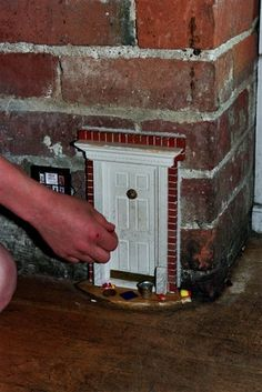 Fairy doors and fairy accessories. Everything you will need for your little fairy door. Fairy Land, Fairy Tales, Fairy Garden Houses, Fairy Gardens, Miniature Gardens, Gnome House, Gnome Door, Elf Door, Fairy Furniture