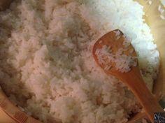 mezclar el vinagre de arroz preparado para sushi con el arroz y abanicar