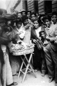 Voceadores desayunando Tacos. Ciudad de México 1925.