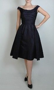 classic party Dress, Looks like a dress that will flatter all my maids Vintage Outfits, Vintage Dresses, Vintage Fashion, Pretty Outfits, Pretty Dresses, Beautiful Outfits, Lil Black Dress, Perfect Little Black Dress, Vintage Mode