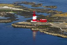 Longstone lighthouse (built 1826), Farne Islands, Northumberland, England (North Sea coast). 18-nautical mile light flashes every 20 seconds. Remotely controlled by Trinity House from Harwich, Essex. Photo: http://www.photographers-resource.co.uk