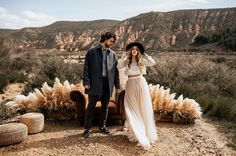 Crop tops for the win 💥 just went through some pictures from our recent trip to the spanish desert! Couple Photoshoot Poses, Couple Photography Poses, Couple Posing, Couple Shoot, Engagement Photo Outfits, Engagement Photo Inspiration, Engagement Session, Hipster Couple, Boho Chic