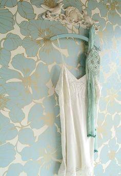 Indra | Papier peint vintage bleu ciel (vert menthe/mint?), ivoire et doré. Esprit années folles/art déco.