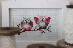 Sillie's uiltjes, in de kleurencombinatie roze, groen. Borduurpatroon uit het boek 'Eline's Huis'.   Sillie's owls, Cross Stitch. Erg leuk voor op de kinderkamer of om cadeau te geven!