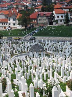 Islamic cemetery in Sarajevo, Bosnia : ortadaki yapı Aliya İzzet Begoviçin kabri, bu kadar mutevazı olduğunu görünce şaşırmıştım.