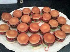 Broodje hamburger met een eierkoek chocolade koek een rode dropveter en een zuur matje.