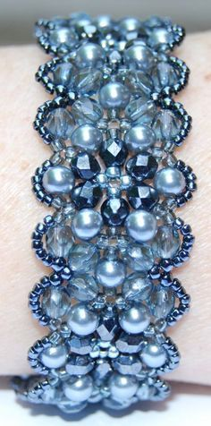 This could be done in white as well. Blue multicuts (fire polished) and pearls bracelet. No tutorial but easy to figure out. Just stitch the middle part first and when finished add the side pearls and the seed beads .