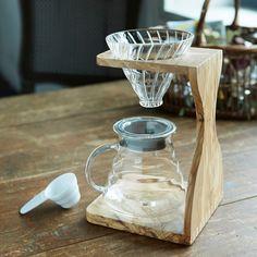 ハリオ V60 コーヒーブリューイングセット/オリーブウッド | キッチン,ティー&コーヒー | Orne de Feuilles Drip Coffee, V60 Coffee, Love Cafe, Coffee Stands, Cafe Style, Stand Design, Kitchen Dining, Brewing, Coffee Maker