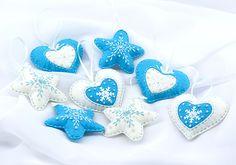 Купить или заказать Набор новогодних украшений из фетра в интернет-магазине на Ярмарке Мастеров. Эти мягкие, уютные ёлочные игрушки прекрасно украсят Ваш дом к Новому Году и Рождеству, помогут создать атмосферу праздника и почувствовать дух волшебства. В каждую игрушку вложен маленький бубенчик, благодаря чему они тихонько мелодично звенят. В наборе 8 игрушек: 4 сердечка (два голубых и два белых) 4 звездочки (две белые и две голубые) Набор упакован в коробку ручной работы в эко-стиле.