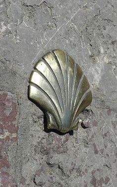 Egy a Szent Jakab utat jelző kagyló Leónból