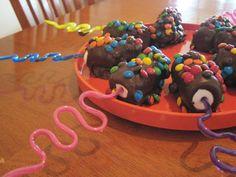 Making chocolate covered marshmallow treats Chocolate Dipped Marshmallows, Chocolate Roll, Marshmallow Treats, How To Make Chocolate, Making Chocolate, Candy Melts, Party Treats, Holiday Treats, Yummy Snacks