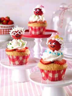 Lustige Mandelmuffins mit Erdbeeren Leckere Muffins mit Mandeln und Zitronensahne für die Kinder-Kaffee-Tafel