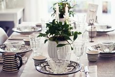 come dine with me!  what a welcoming setting for a brunch or lunch