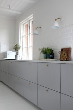 Ikea Metod Veddinge grey cabinet doors with brass door knobs. Wish this is available in North America. Ikea Kitchen Handles, Ikea Kitchen Doors, Grey Ikea Kitchen, Ikea Metod Kitchen, Kitchen Knobs, Kitchen Lamps, Grey Kitchens, Kitchen Pantry, New Kitchen