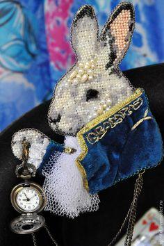 """Купить Брошь с часами """"Вперед! За белым кроликом!"""" - белый кролик, кролик с часами"""