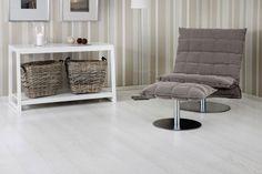 Tammi Grand White Marble –parketista syntyy upea hohtavanvalkoinen lattia, johon parkettilautojen reunaviisteet antavat ryhdikkyyttä.  White wooden floor