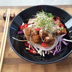 Karamellitofu ja aasialainen lasinuudelisalaatti