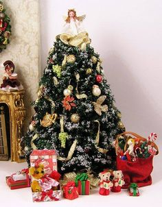 ~ Decorate Your Dollhouse ~ Miniature Christmas 4 Christmas Tree With Presents, Miniature Christmas Trees, Christmas Minis, Christmas Crafts, Christmas Decorations, Xmas, Miniature Crafts, Miniature Dolls, Dollhouse Miniatures