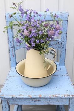 Ahhh so shabby chic.pale purple flowers on a blue chippy chair with a vintage enamelware pitcher and bowl. So Sweet! Shabby Chic Mode, Casas Shabby Chic, Style Shabby Chic, Vintage Shabby Chic, Shabby Chic Decor, Vintage Floral, Vintage Beauty, Purple Flowers, Beautiful Flowers