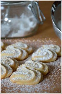 Viennesi alla vaniglia Italian Cookie Recipes, Italian Cookies, Italian Desserts, Mini Desserts, Biscotti Cookies, Galletas Cookies, Biscuit Dessert Recipe, My Favorite Food, Favorite Recipes