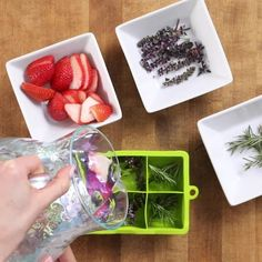Discover how to make DIY herb and fruit ice cubes in just three easy steps! Yummy Drinks, Healthy Drinks, Healthy Snacks, Healthy Recipes, Fruit Ice Cubes, Good Food, Yummy Food, Frozen Drinks, Food Hacks