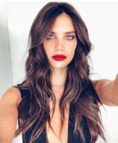 Sara Sampaio red lipstick and curls hair style 💕✨ Haircuts For Long Hair, Curled Hairstyles, Trendy Hairstyles, Sara Sampaio, Vogue Paris, Maybelline, Brunette Makeup, Brunette Beauty, Victoria