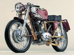 Harley Davidson XR1200 A medio camino entre flat-tracker y cafe-racer, la versión más deportiva de la Harley Sportster tiene un estilo setentero y deportivo a la vieja usanza europea, desmarcándose de la corriente custom habitual en la marca.