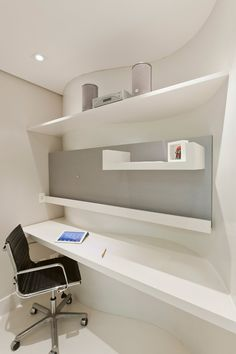 No home office, há um painel curvo que abriga a bancada do escritório. Os armários com portas de correr de vidro e espelho, quando abertos revelam a cozinha em um dos flats e, no outro, uma copa.