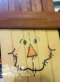 DIY Scarecrow Wooden Sign on front and Snowman Wooden Sign on back. #twosidedsign #woodworking #pallets #scarecrow #seasonal #DIYcraftsandart #reuse #cutecrafts http://www.sewcakemake.com/ #snowmansign
