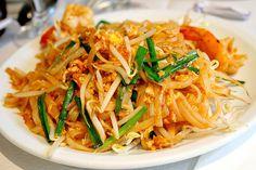Phat thai sai khai (pâtes de riz sautées à la Thaïlandaise)