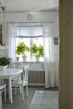 7 different kinds of curtains for Provence-style kitchens Swedish Cottage, White Cottage, Cozy Cottage, Cottage Living, Cottage Homes, Cottage Style, Swedish Farmhouse, Country Living, Cortinas Country