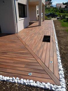 Schöne Hausumrandung mit schöner Verlegerichtung und gut gelöstem Stoß am Hauseck.  Terrasse en bois composite