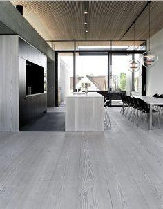 parkett-grau-minimalistische-küche-fertigparkett-kochinsel-esszimmer Source by The post parkett-grau Grey Hardwood Floors, Timber Flooring, Grey Flooring, Flooring Ideas, Click Flooring, Modern Flooring, Flooring Options, Grey Floorboards, Maple Flooring