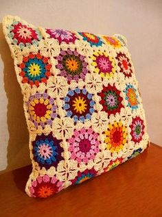 Capa para almofada em crochet com motivo dos Quadradinhos da vovó\Granny square em crochet. Feita com fio de linha de ótima qualidade com cores firmas. Não acompanha o enchimento. Crochet Pillow Patterns Free, Crochet Mandala Pattern, Crochet Cross, Crochet Squares, Crochet Home, Crochet Granny, Crochet Cushion Cover, Crochet Cushions, Crochet Decoration