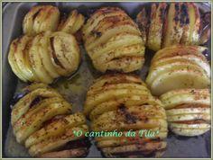 Perfeito acompanhamento para carne assada.......................6 batatas médiasfatias de bacon2 colheres (sopa) de margarinaazeitesalpimenta do reinoLavar as batatas, descascar e cozinhar com um pouco de sal até ficarem macias mas não moles demais. Pré-aquecer o forno a 200ºC.Com uma faca bem afi