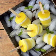erfrischendes Eis mit Zitronensaft und Creme oder Joghurt