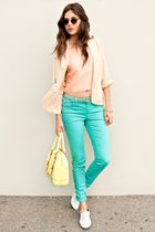 I'm wondering if I could pull off a pair of brightly color pants... I love the way they look, that's for sure!