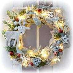 Originální vánoční dekorace, věnce na dveře, svítící věnce, adventní svícny, aranžované vánoční svícny a dekorace do interiéru Christmas Time, Christmas Wreaths, Holiday Decor, Home Decor, Decoration Home, Room Decor, Home Interior Design, Home Decoration, Interior Design