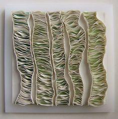 mural de porcelana, con cinco módulos como de papel arrugado.