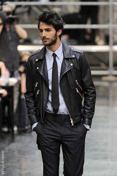 Un perfecto noir avec un look chic #décalé #look #chic #perfecto #homme #mode #men #fashion