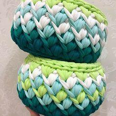 Наступает вечер, засыпает город, знай, на белом свете, ты кому-то дорог!!! Осталась маленькая корзинка и набор готов!!! Они мне почему-то напоминают глубину океана или моря Crochet Bowl, Crochet Shell Stitch, Crochet Basket Pattern, Knit Basket, Basket Weaving, Knit Crochet, Crochet Patterns, Crochet Carpet, Modern Crochet