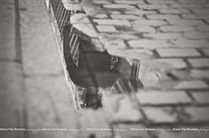 Photo urbaine. Jour de pluie. Réflection. Romantique. Après la pluie dans le vieux Montréal. Old Montreal after the rain. Urban photography. Rainy day. Reflection. Romantic.