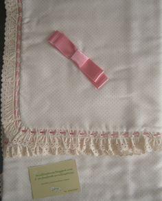 arrullo beig con puntitos rosas acabados en puntilla y lazo rosa, mantita beig