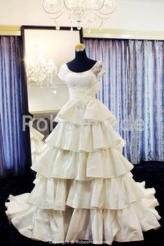 Robe de mariée ivoire majestueuse de luxe à plusieurs niveaux en taffetas 001