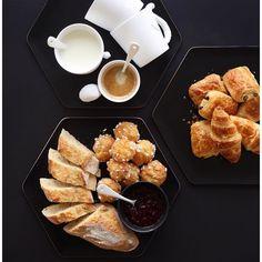 Un weekend tous les 4. Le bonheur.  #breakfast #slowlife #simplelife #happiness  Je vous le souhaite tout aussi doux.  by jesussauvage