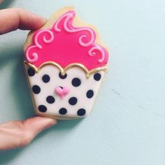Chic cupcake cookies by Hayleycakes and cookies in Austin tx! Fancy Cookies, Valentine Cookies, Iced Cookies, Cute Cookies, Royal Icing Cookies, Birthday Cookies, Cookies Et Biscuits, Sugar Cookies, Cake Icing